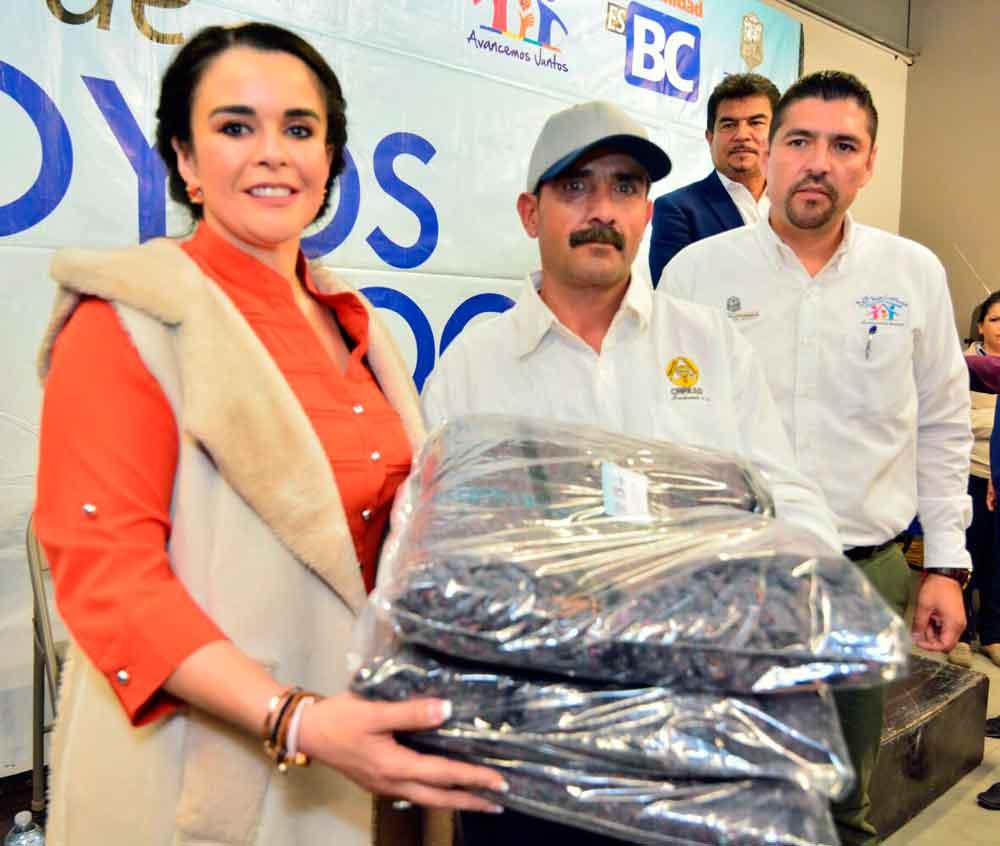 Entrega Presidenta de DIF BC apoyos a familias tecatenses