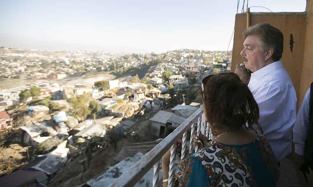 Recorren Gobernador y Alcalde de Tijuana zona afectada por derrumbe en Lomas del Rubí