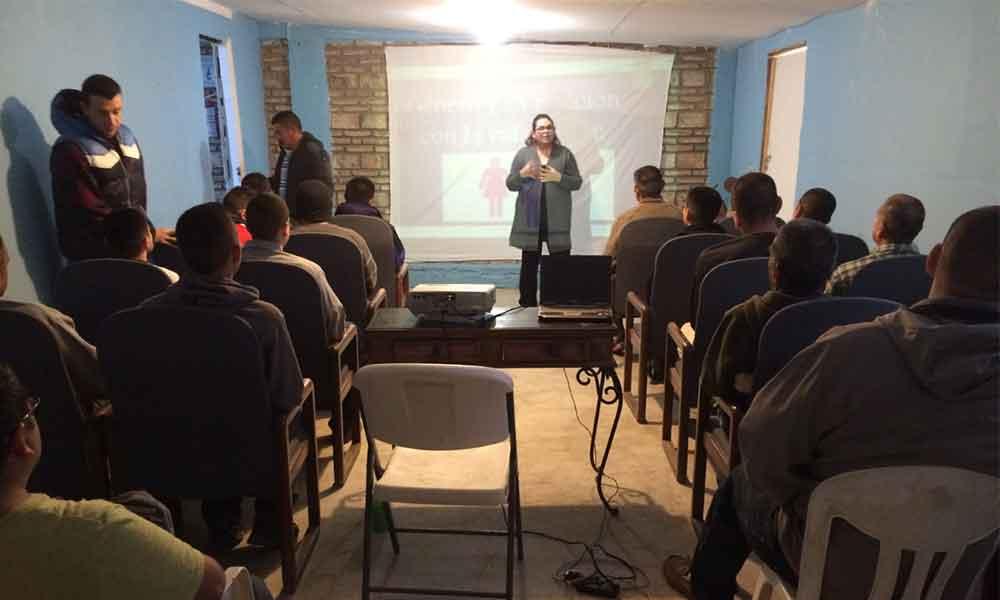 Imparte Immujer taller a hombres de centro de rehabilitación en Tecate