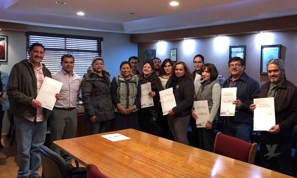 Ayuntamiento hace entrega de 27 títulos de propiedad a familias tecatenses
