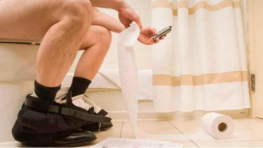 Pierde recto tras jugar por un largo rato en el baño con su celular