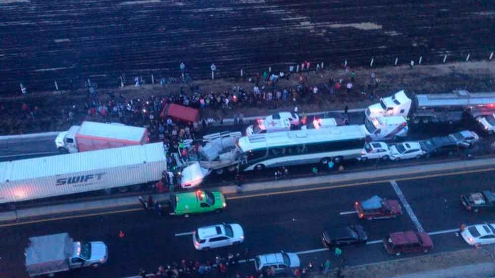 Dos muertos y 15 heridos tras fuerte carambola en Estado de México