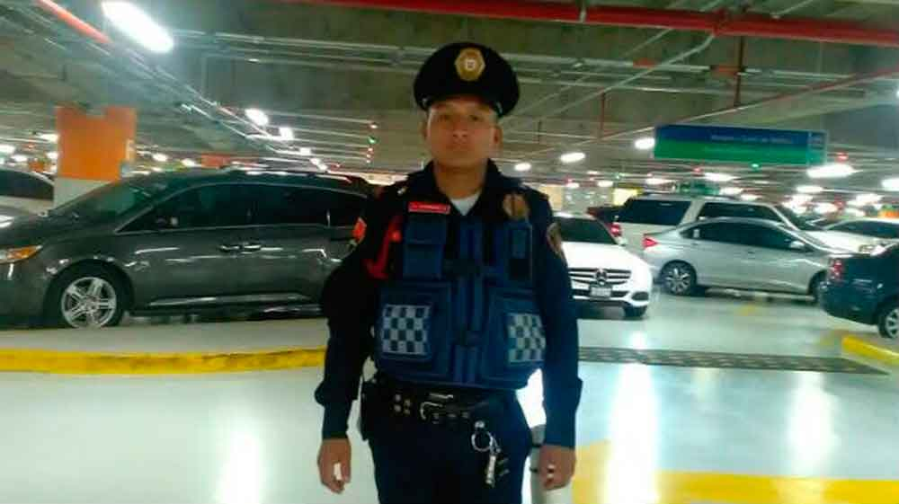 ¡Más policías así! Encuentra 10 mil pesos tirados y los regresa a su dueño