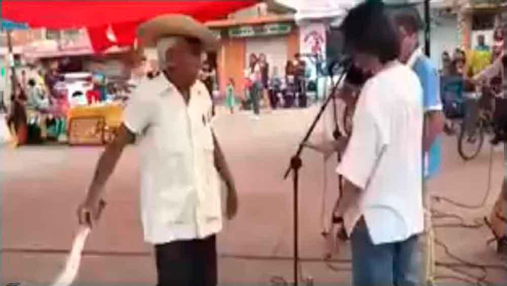 Con machete en mano, anciano corre a grupo de rock de plaza pública