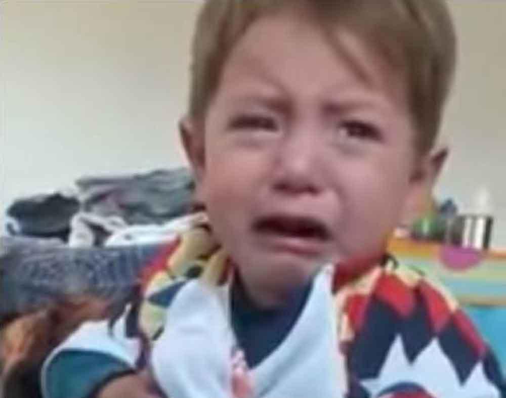 Niño rompe en llanto cuando le ponen una playera del América