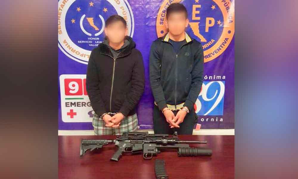 Capturan en Tijuana a dos jóvenes con rifle AR-15