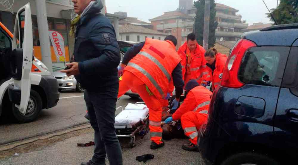 Hombre abre fuego contra inmigrantes en Italia; hay 6 heridos