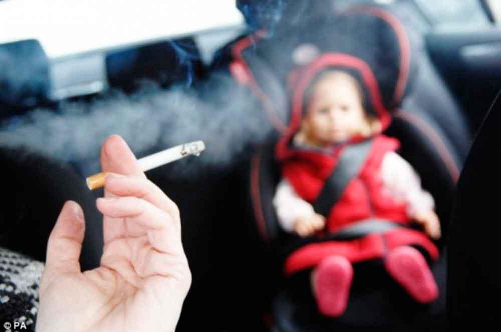 Proponen prohibir fumar en vehículos donde viajan niños
