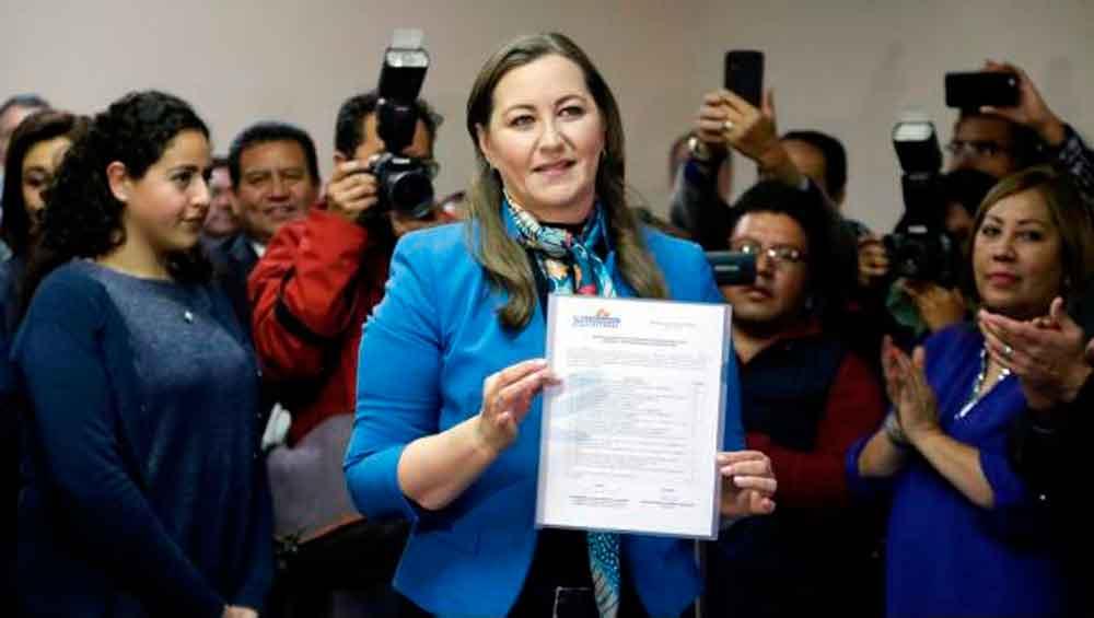 Exhiben a candidata del PAN aventando zapatos a indígenas en Puebla