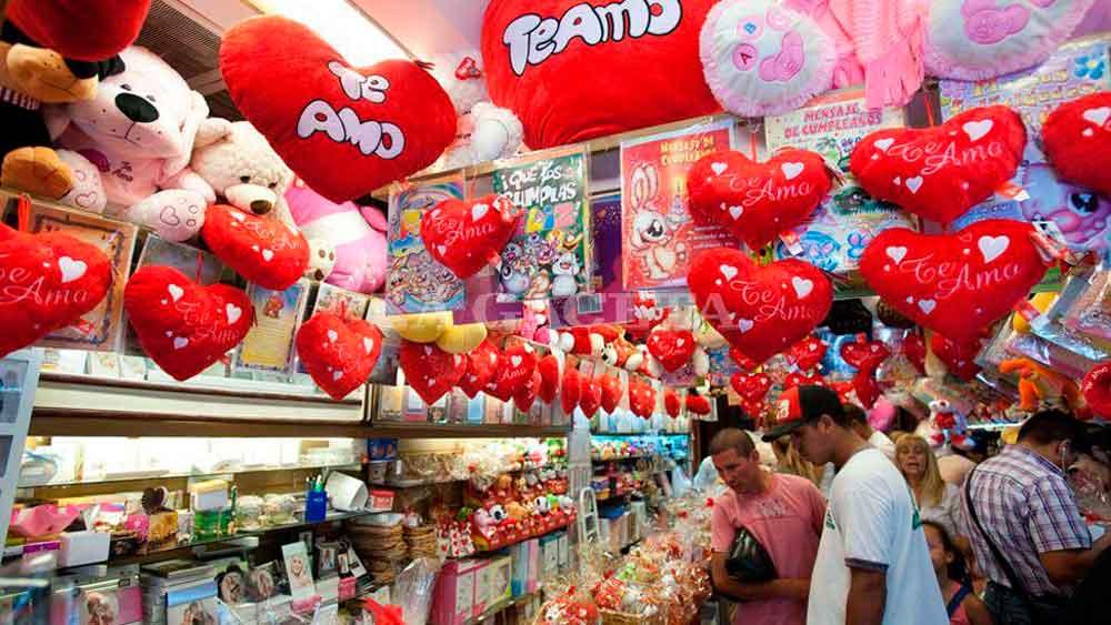 Enamorados gastarán casi mil pesos en San Valentín