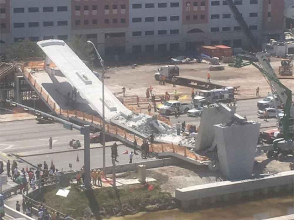 """Colapsa puente peatonal en Florida """"Sepulta"""" 8 autos"""
