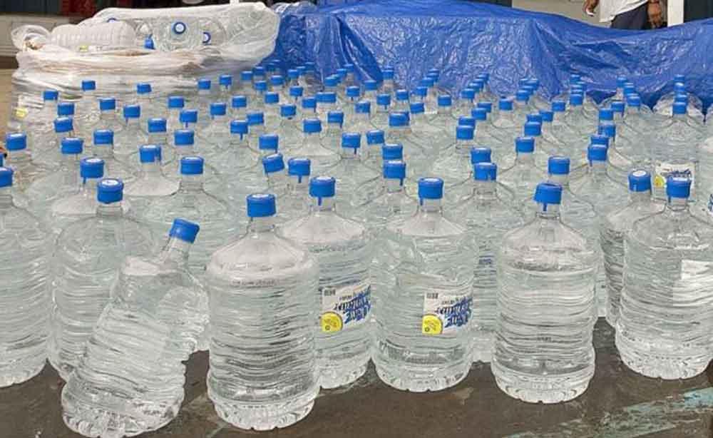 Descubren que agua embotellada está contaminada con partículas de plástico