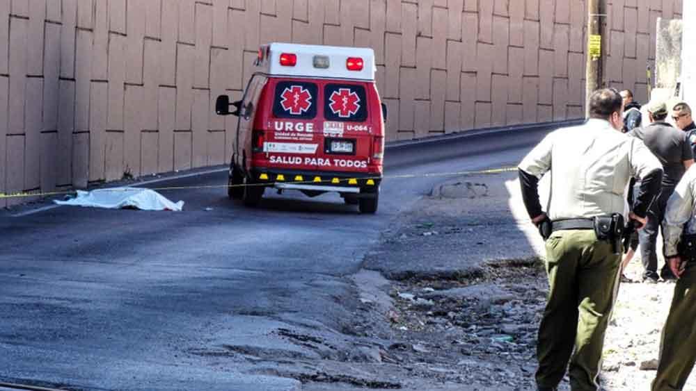 Muere jovencita tras lanzarse de vehículo sobre la carretera