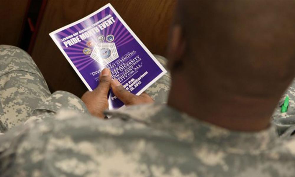 Trump prohíbe a transgénero servir en el Ejército
