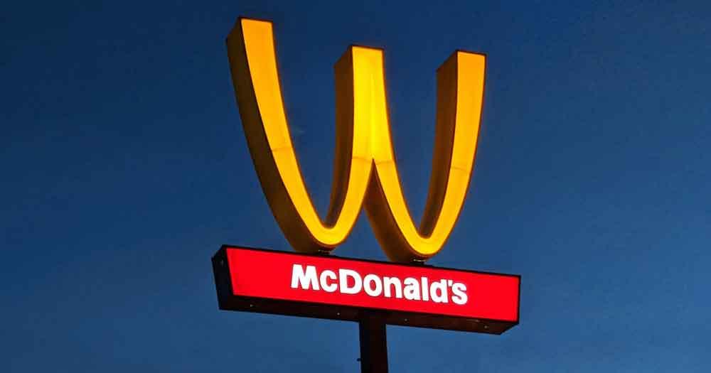 California McDonald's voltea arcos dorados en apoyo del Día Internacional de la Mujer