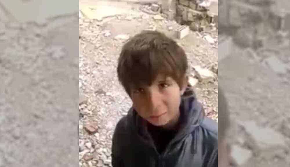 Niño sirio pide comida para sus hermanos a camarógrafo