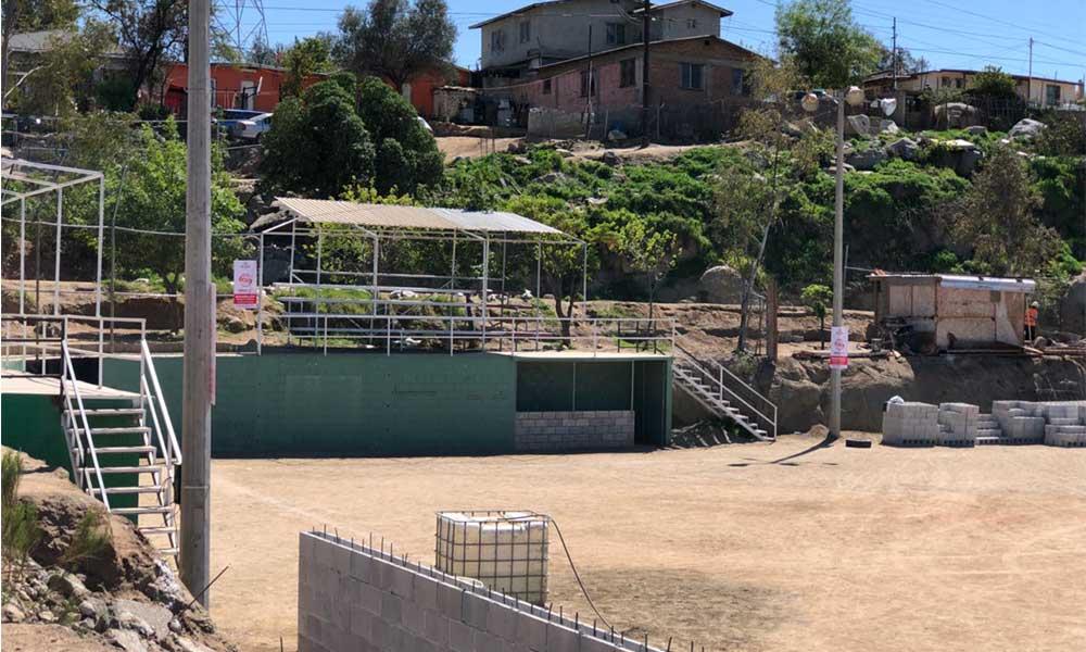 Crea Tecate campo de softball rosa
