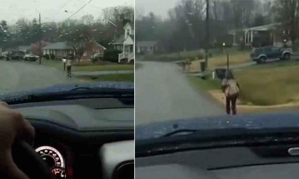 Papá castiga a hijo por hacer bullying; lo obliga a correr bajo la lluvia