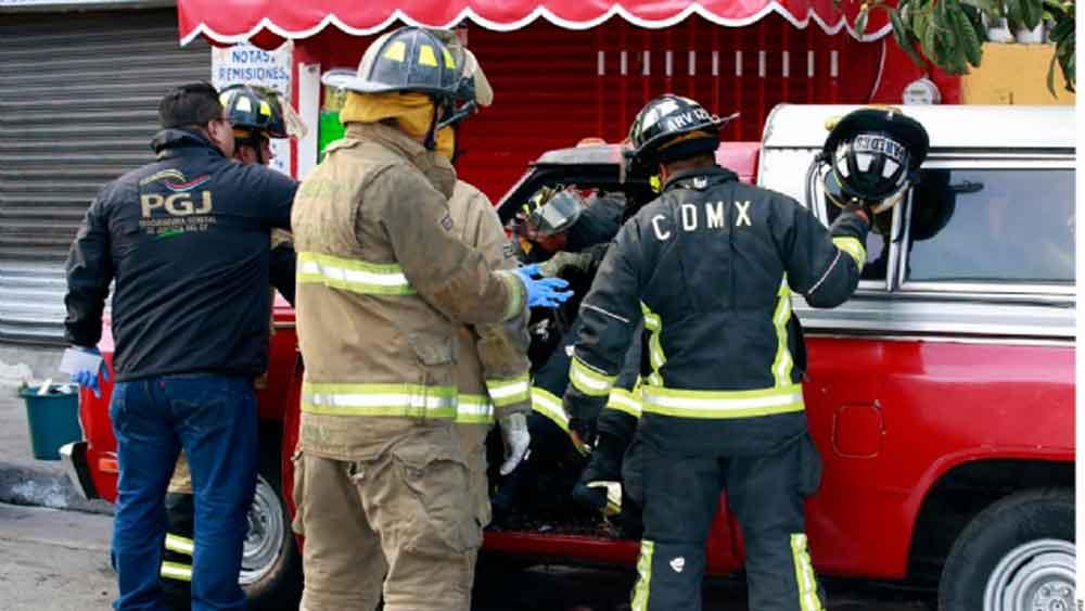 Muere hombre calcinado dentro de su camioneta; se quedó dormido fumando