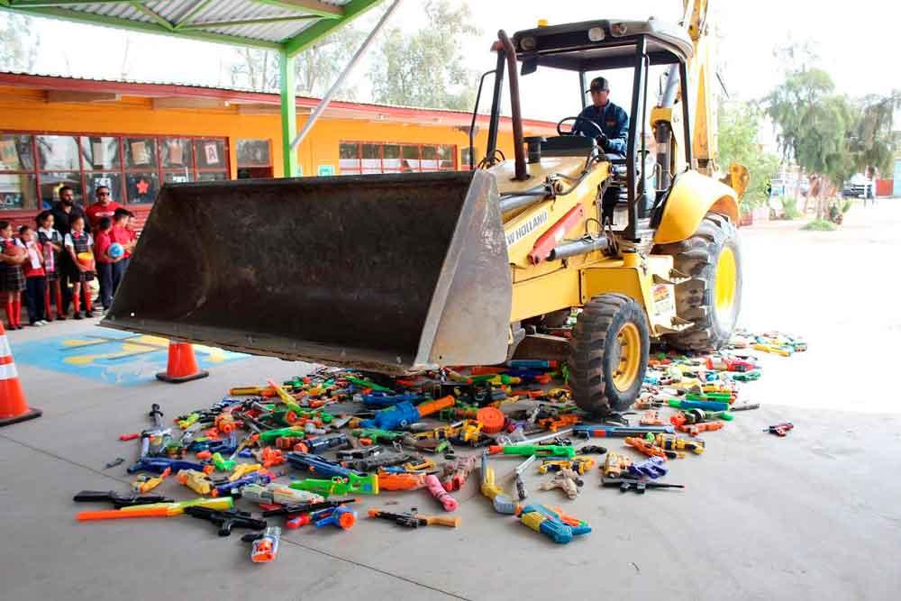 Realizan intercambio y destrucción de 700 juguetes bélicos