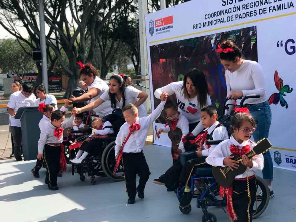 Desfilan estudiantes en conmemoración del Día Internacional del Síndrome de Down