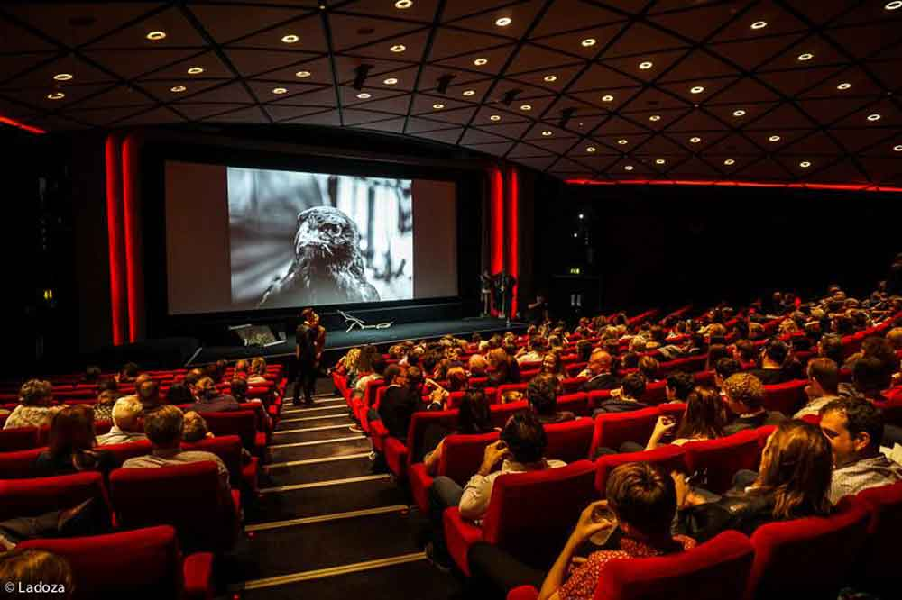 Muere después de que su cabeza quedara atrapada entre los asientos del cine