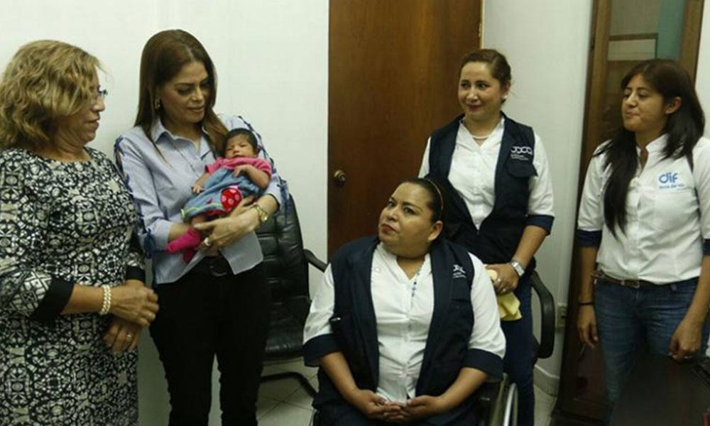 Entregan al DIF a bebé de mujer embarazada que fue asesinada en Veracruz