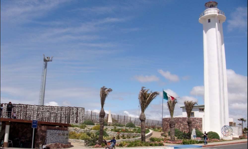 """Invitan a """"mega-mentada"""" para Trump en Playas de Tijuana"""