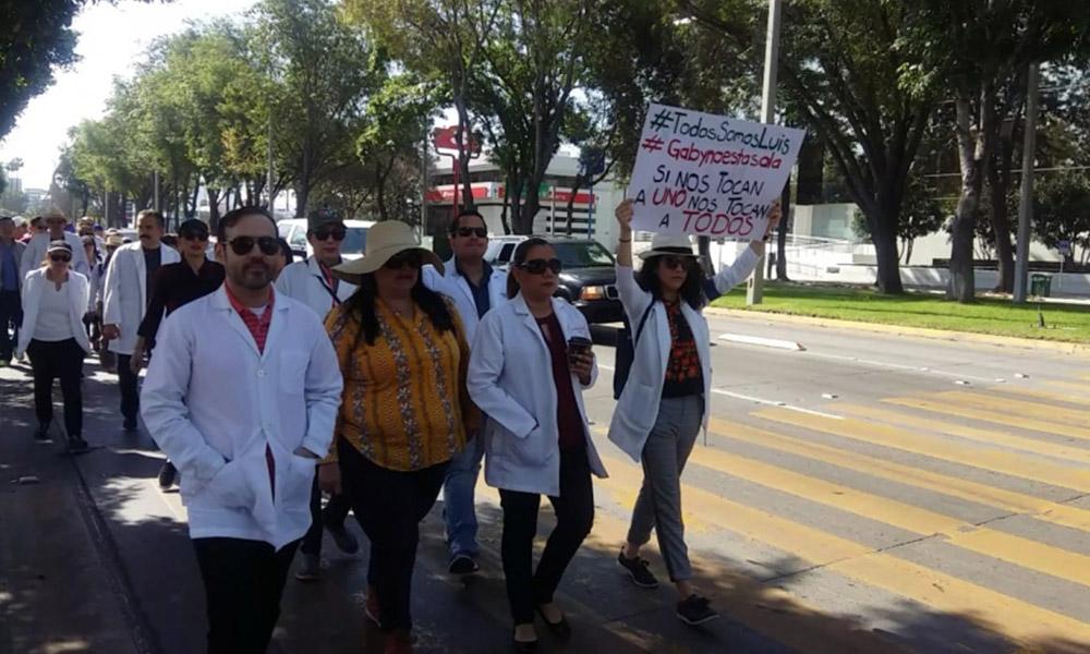 Marchan Médicos del país en apoyo a colega Oaxaqueño Luis Alberto