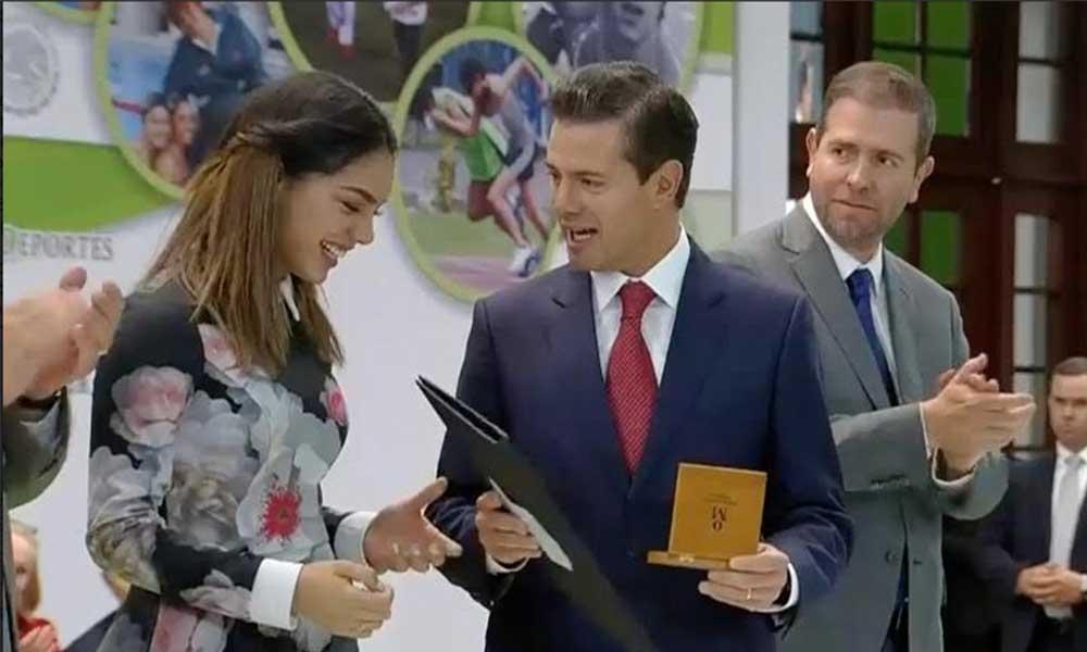 Recibe Natalia Botello Premio Nacional del Deporte de manos del Presidente de la República