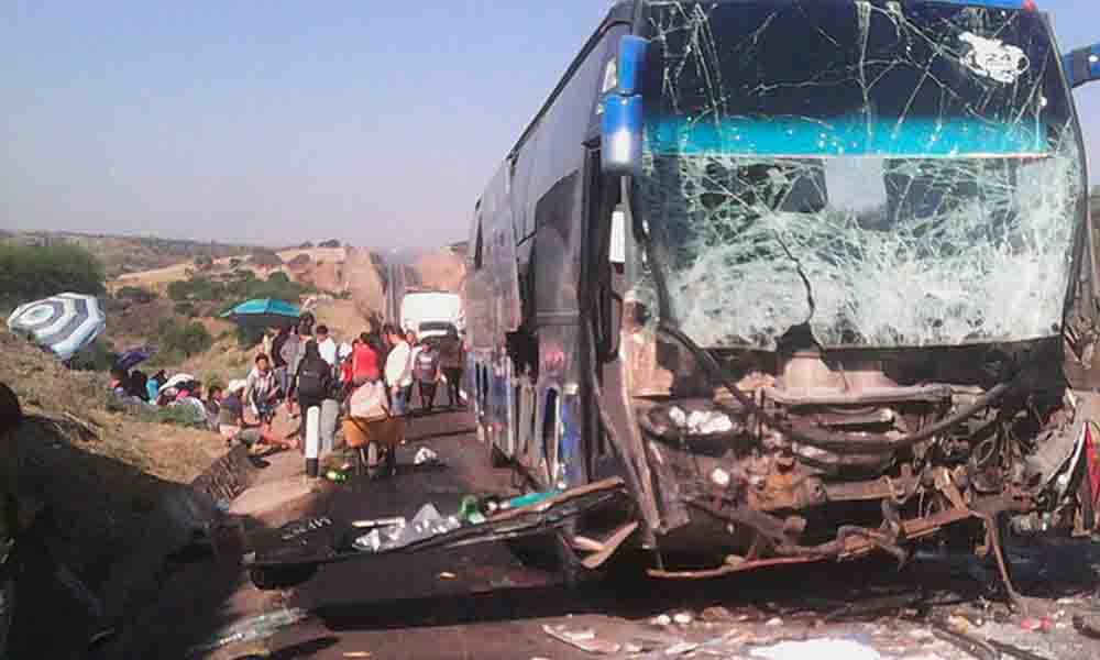 Registran aparatoso choque de autobús y tráiler; hay 7 heridos