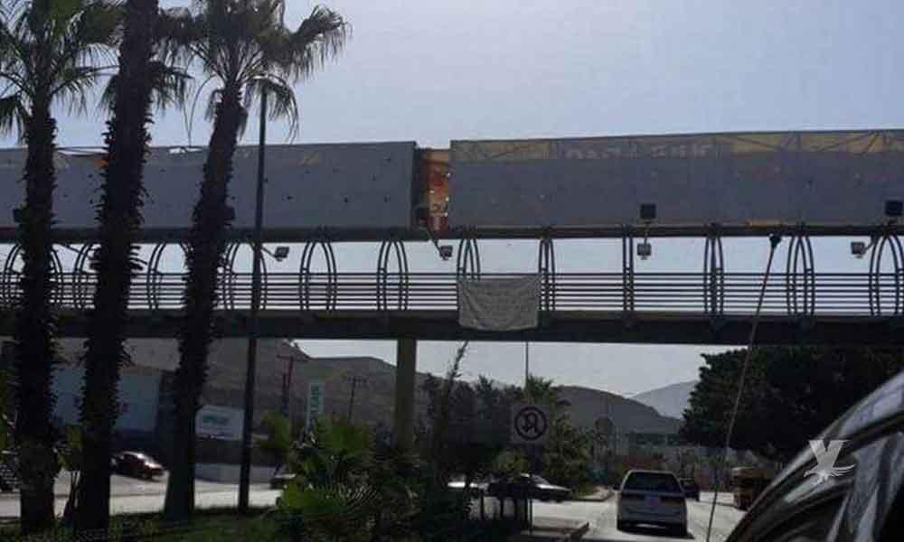 """Encuentran """"narcomanta"""" en puente peatonal de Tijuana"""