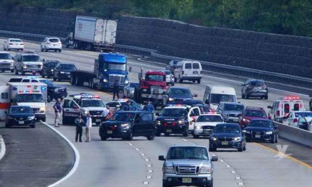 (VIDEO) Camioneros impiden suicidio al colocar sus camiones alineados bajo el puente