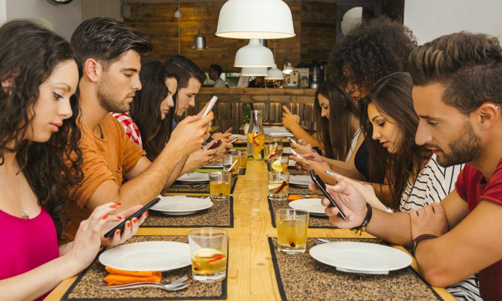 Usar redes sociales amenaza a la convivencia tradicional