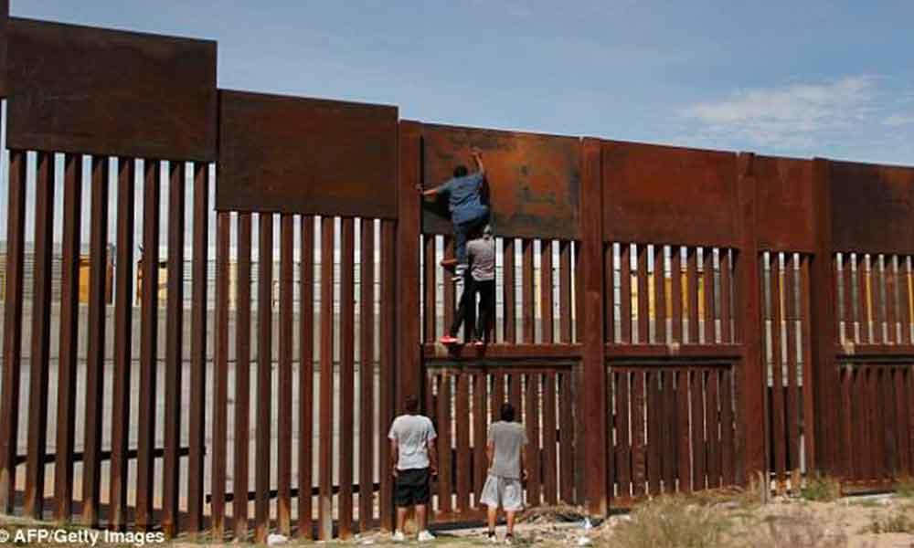Mexicano cruza valla fronteriza en menos de dos minutos