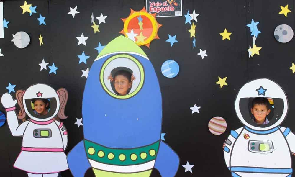 Niñas y niños celebran su día en divertido viaje al espacio