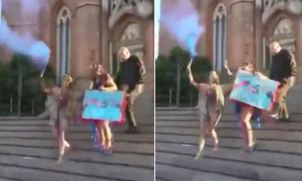 Sacerdote corre a patadas a una joven de la iglesia
