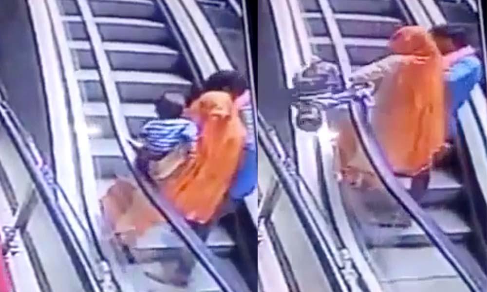 Bebé muere al caer por las escaleras mecánicas mientras padres se toman selfie (VIDEO)