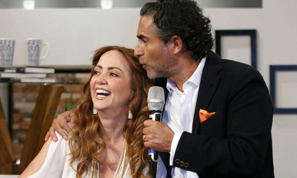 Raúl Araiza sorprende a Andrea Legarreta con tremendo beso en la boca (VIDEO)