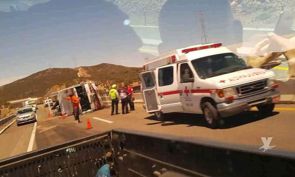 Bombera de empresa particular volcó sobre la carretera de cuota Tijuana-Tecate