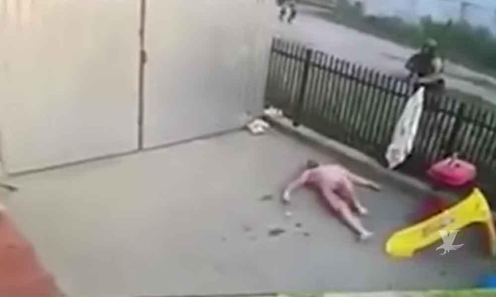 (VIDEO) Hombre completamente desnudo intenta huir de la policía