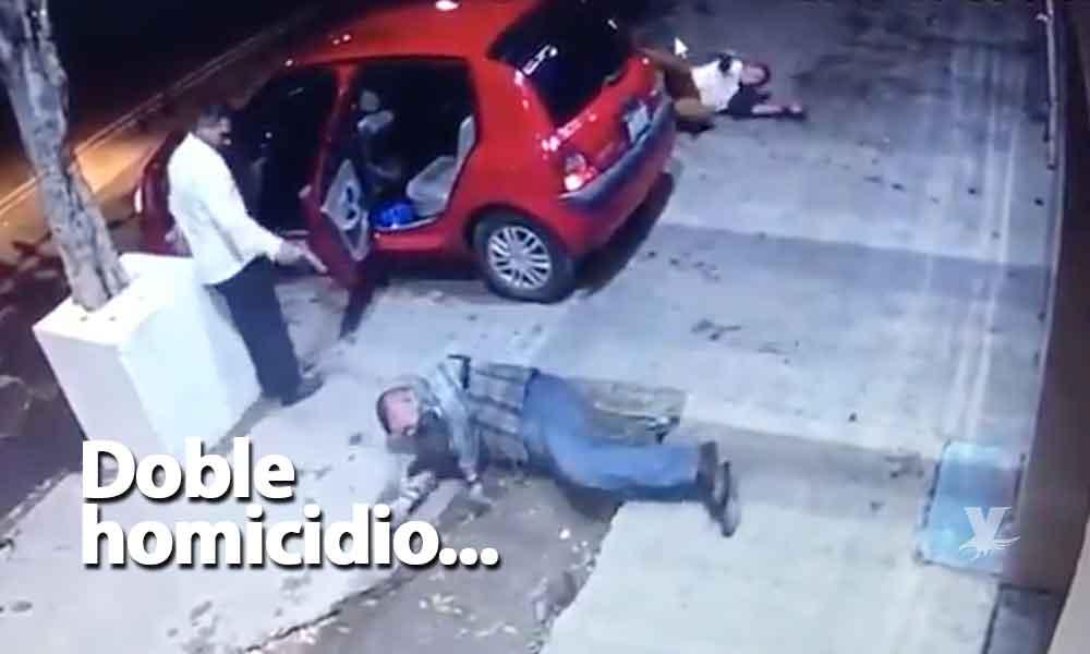 (VIDEO) Guardia de bar se defiende de dos hombres armados, un atacante y el guardia murieron