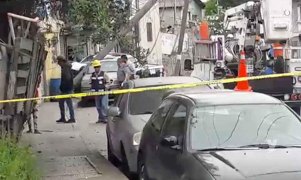 Choca patrulla de la Policía Estatal Preventiva contra poste de luz en colonia de Tijuana