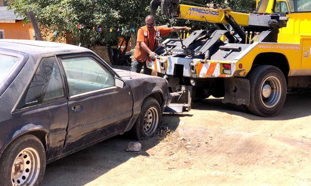 Removieron vehículos sin uso en fraccionamiento Santa Anita en Tecate
