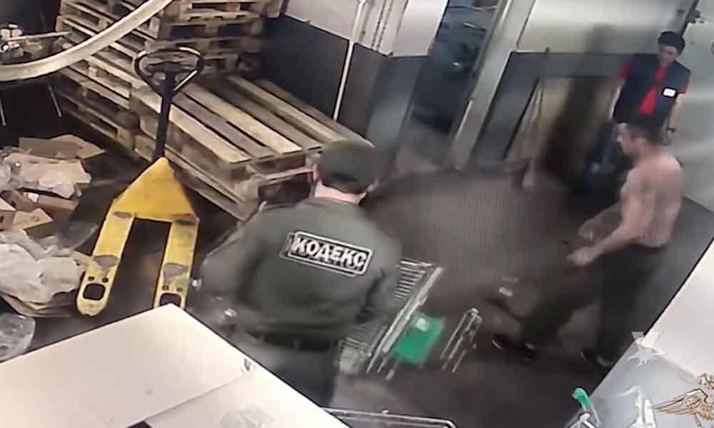 (VIDEO) Trabajador de bodega es golpeado y electrocutado por los Gerentes de piso