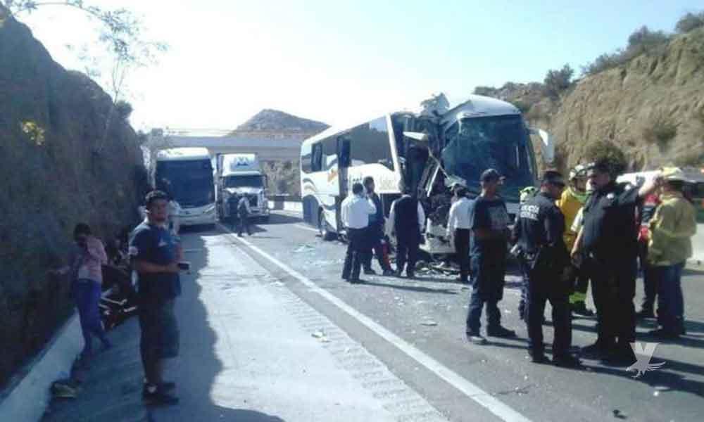 Siete lesionados tras fuerte choque de autobús en carretera El Hongo-Tecate