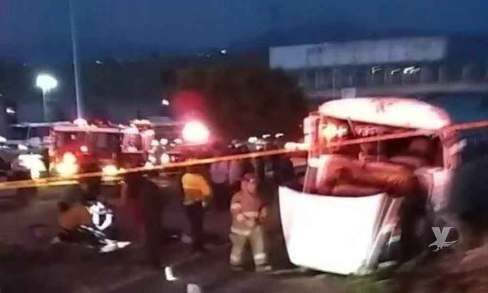 """Camión """"Paisanos"""" sufrió volcadura en Corredor 2000; hay lesionados"""