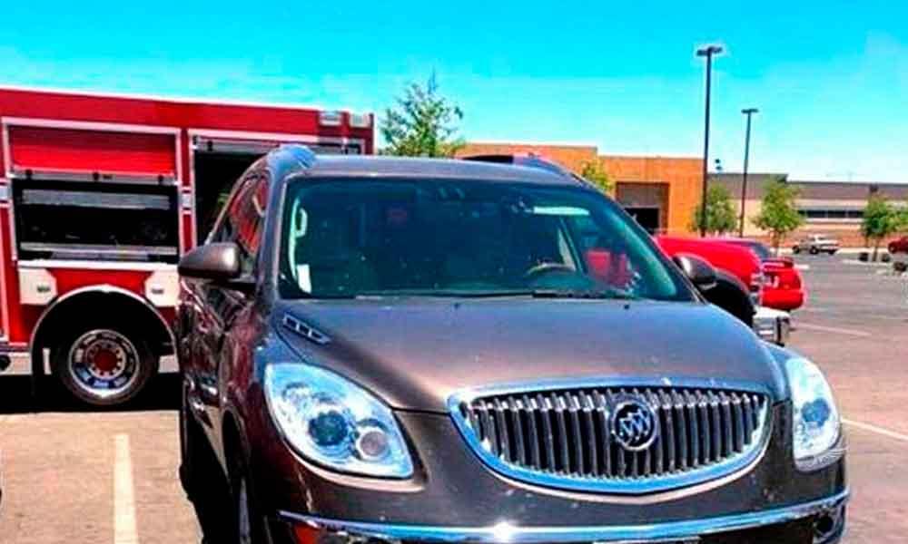 Madre abandona a su hija de 2 años dentro del carro a 46º centígrados para ir de compras
