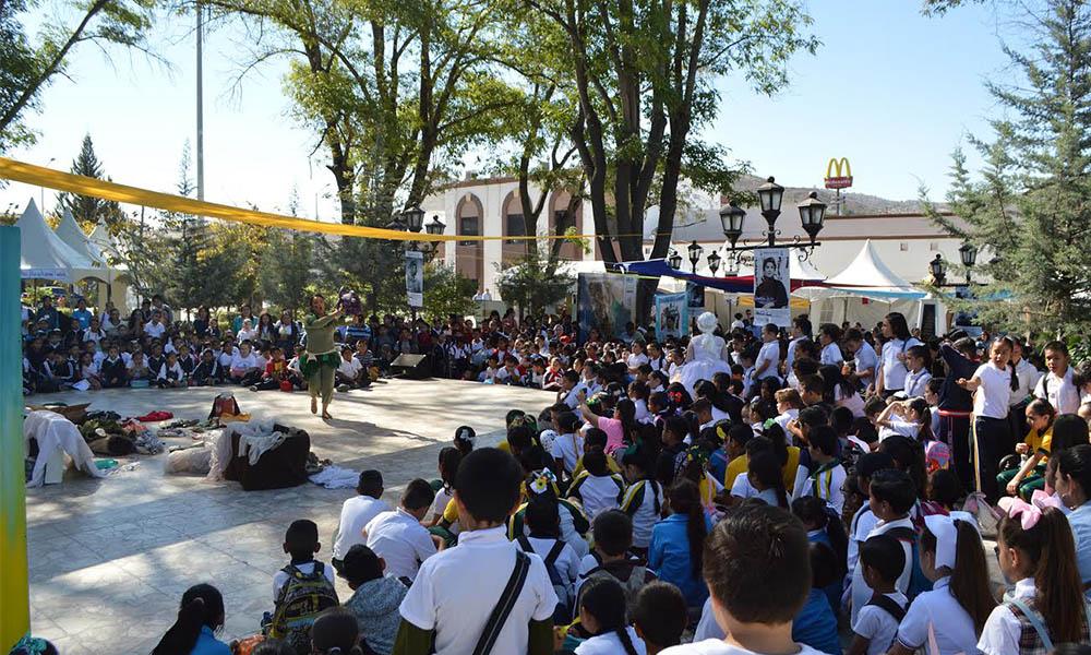 Disfrutan niños y niñas del teatro en el Pueblo Mágico de Tecate