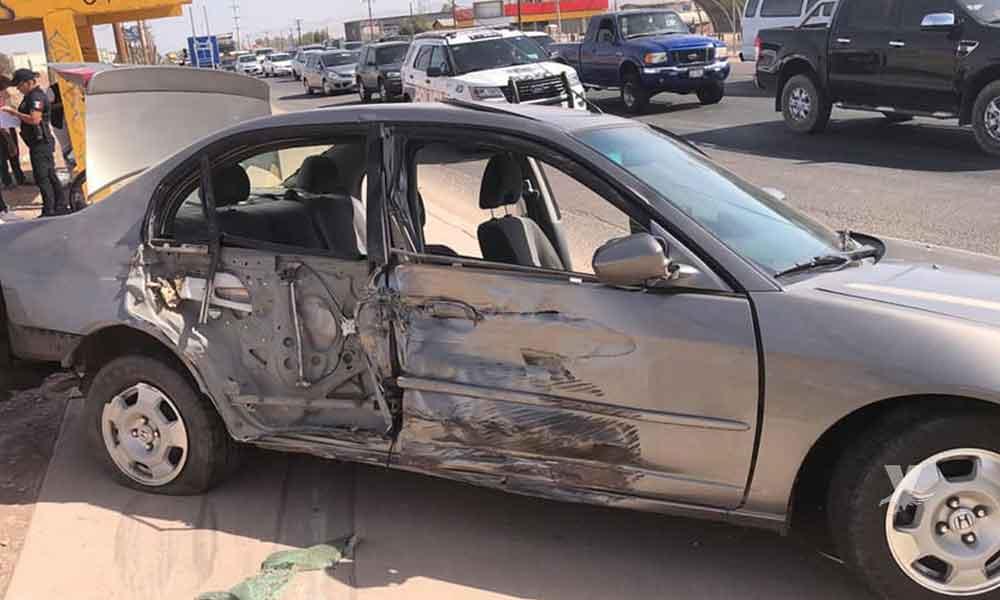 Fuerte choque entre motocicleta y automóvil deja dos heridos
